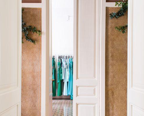 Fotografía del pasillo de una casa modernistas reformada para acoger una boutique de vestidos de novia