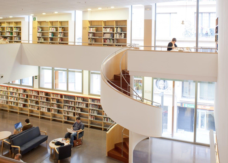 Fotograf a de la escalera de la bibiloteca jaume fuster - Escalera de biblioteca ...