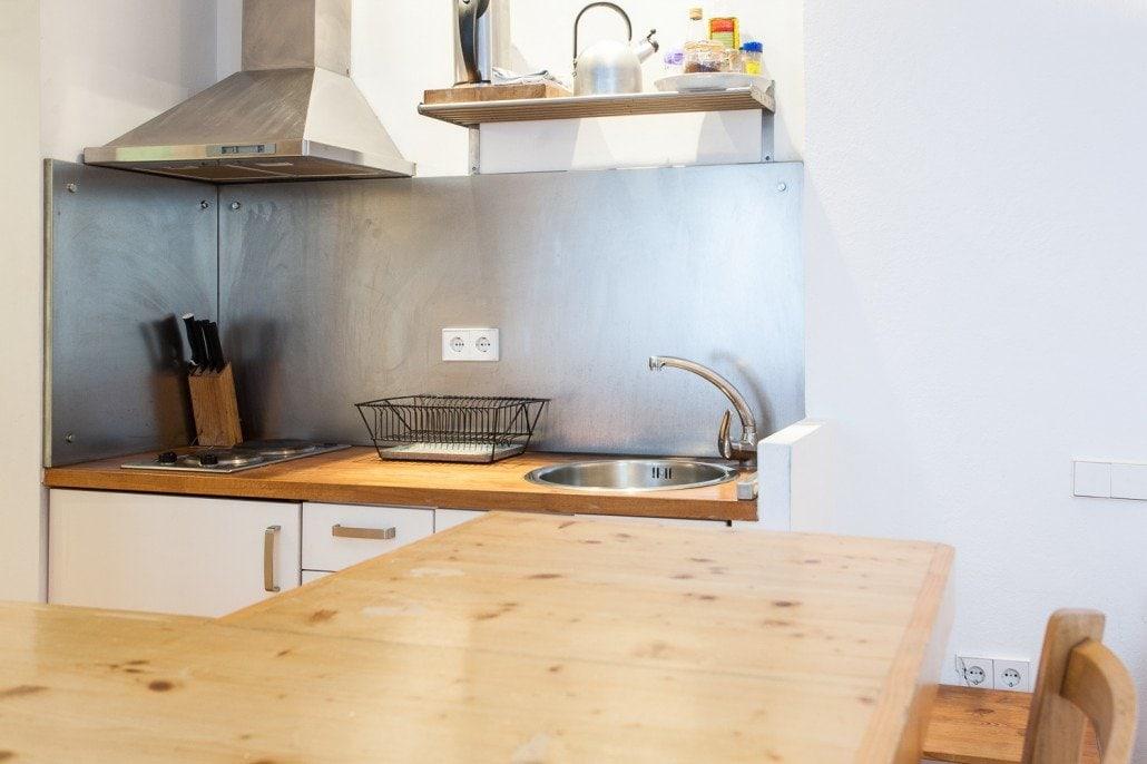 Detalle de la mesa y de la cocina