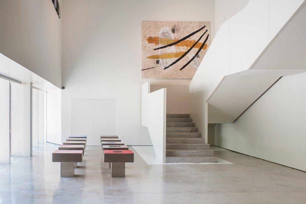 Espacio espositivo con escalera