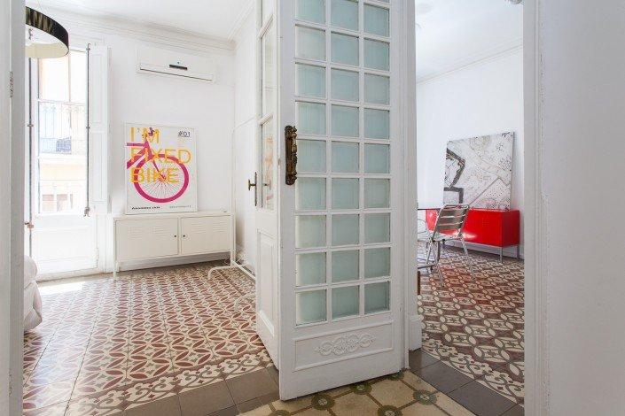 Fotografía de un pasillo entre dos habitaciones con suelos hidráulicos diferentes