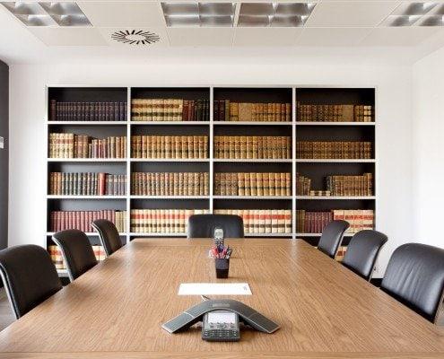 Vision frontal de la mesa de la sala reunión