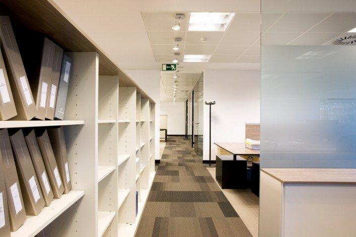 Fotografia de un pasillo con estanteria