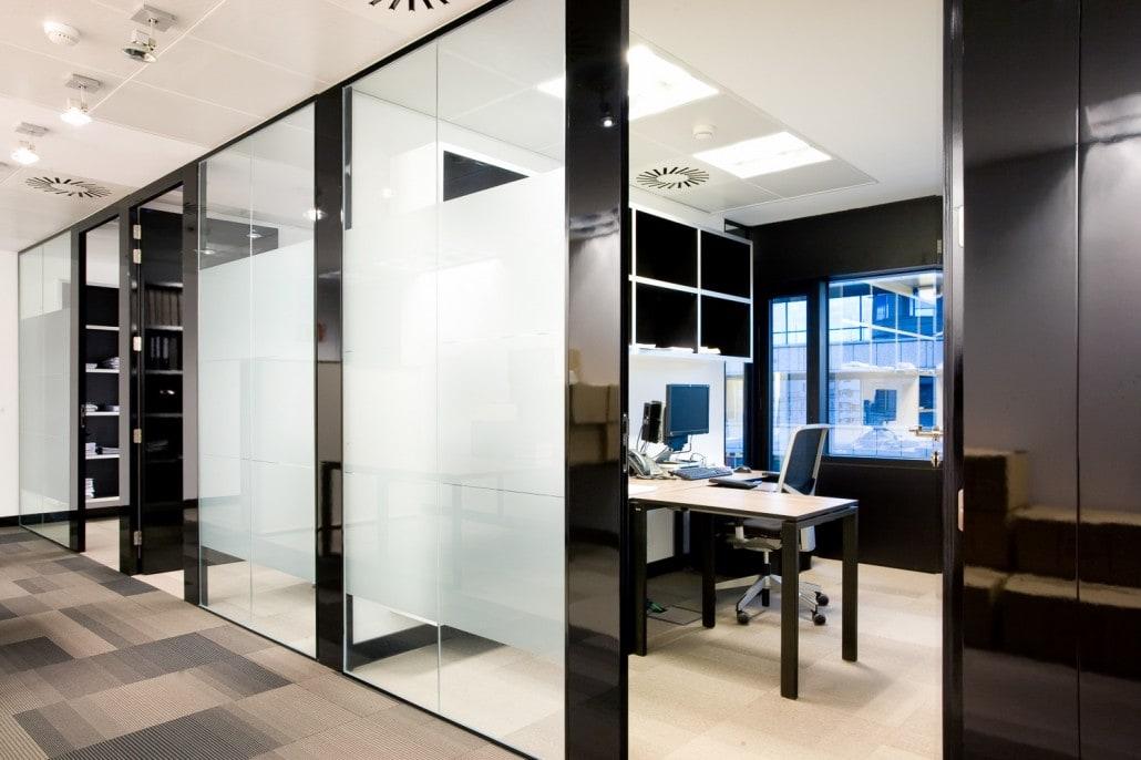 Foto de un despacho desde el pasillo