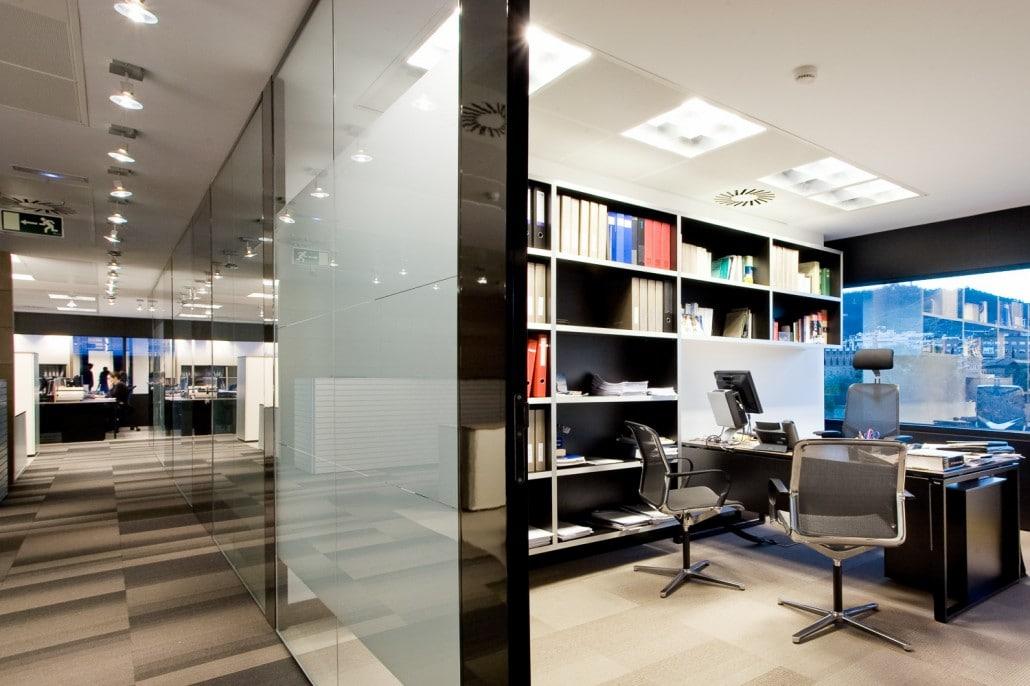 Foto de un despacho con vista a un pasillo
