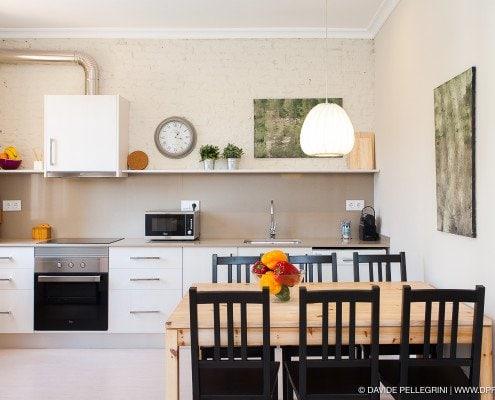 Fotografía de la cocina desde el comedor