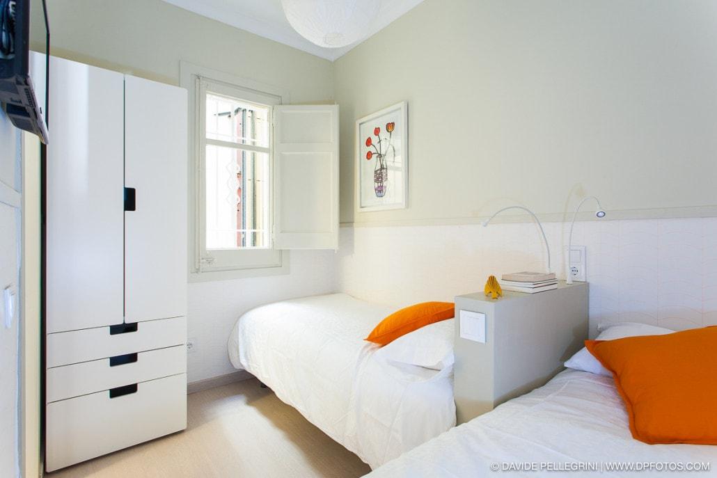 Foto de la decoracíon de una pequeña habitación con dos camas