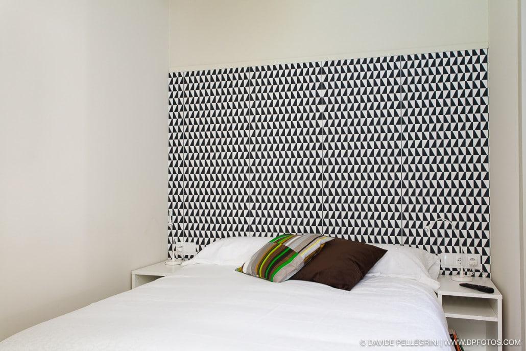 Fotografía de un habitación doble decorada con papel pintado