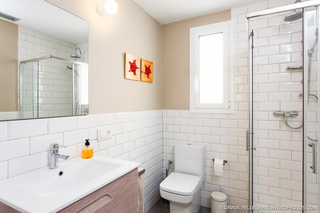 Fotografía de la decoración de un lavabo de un apartamento turisitico