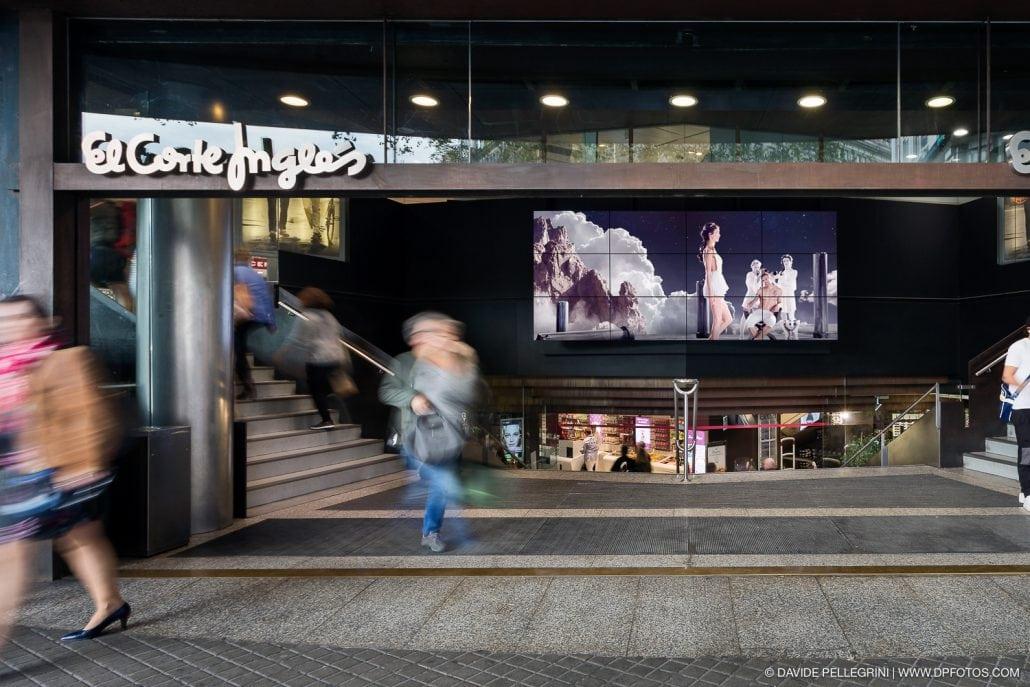 Estudio de la luz para un reportaje de los soportes publicitarios integrado en el Corte Inglés de plaza Catalunya