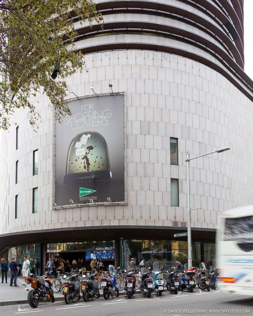 Fotografía de un cartel en la pared que hace esquina con Portal del Angel