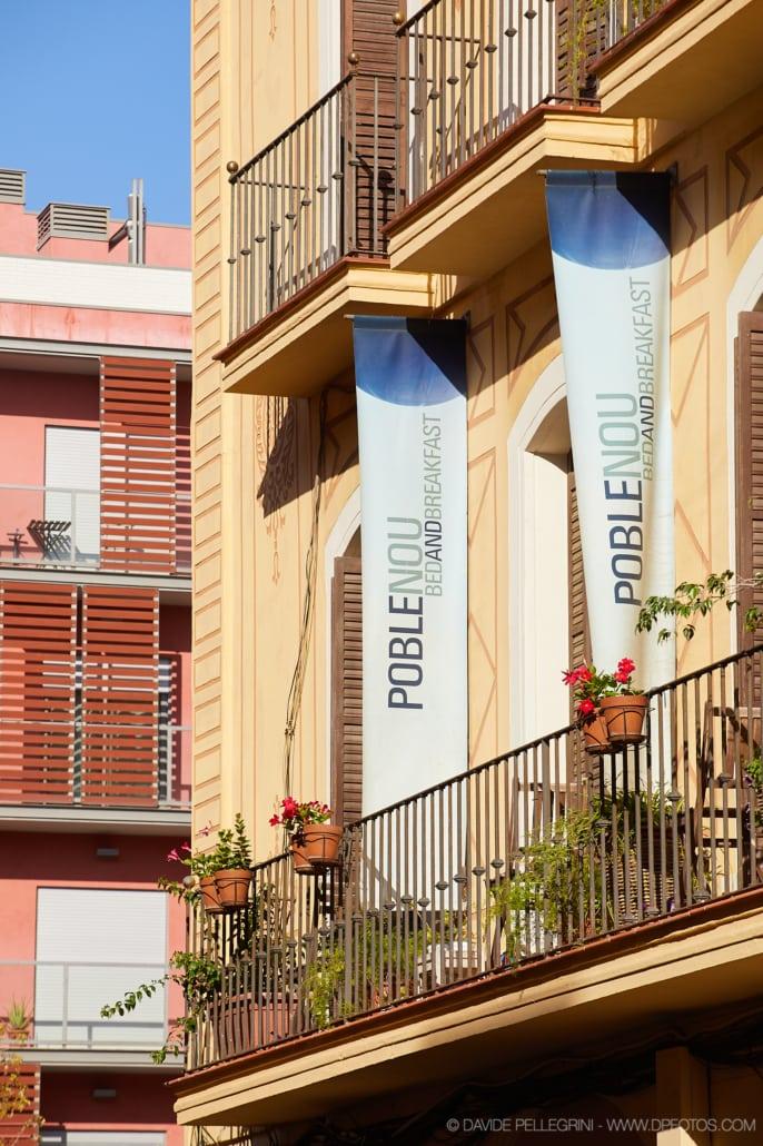 Fotografía de la fachada del hostal Polblenou