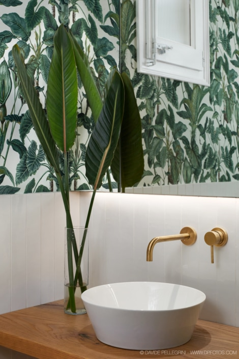 Fotografía de interiorismo de un baño de cortesía
