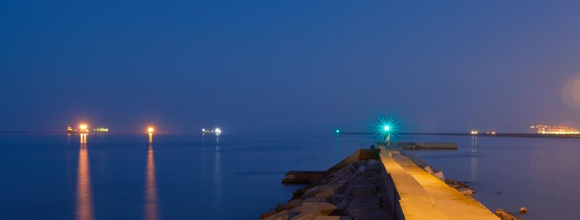 Fotografía nocuturna del puerto de Barcelona