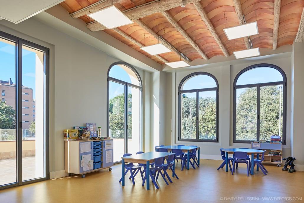 Foto de una aula con grandes ventas